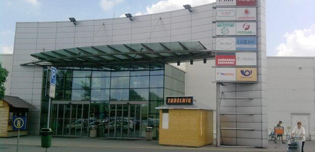 Karviná – Obchodní centrum v těsné blízkosti vlakového a autobusového nádráží. Dobře dostupné městskou i meziměstskou hromadnou dopravou ze všech měst a obcí karvinského okresu a ostravsko-karvinského revíru.