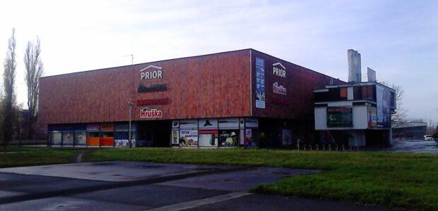 Karviná – Obchodní dům Prior v Karviné Fryštátě v těsné blízkosti náměstí a zimního stadionu dobře dostupný městskou i meziměstskou hromadnou dopravou.